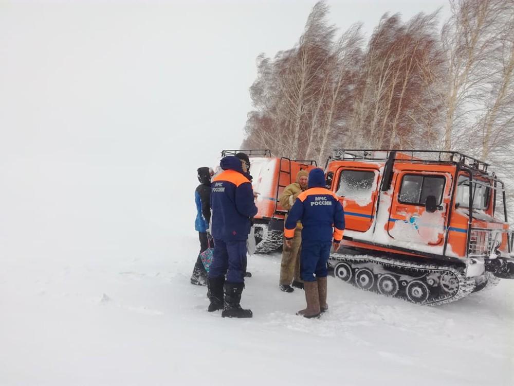 Спасатели работают в условиях бурана