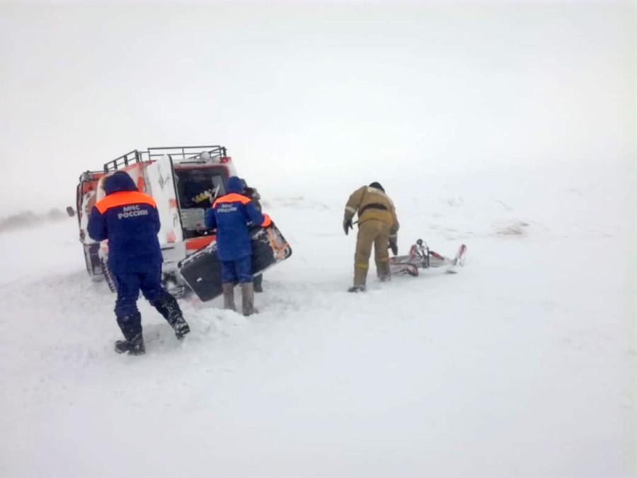 Сотрудники ЧС работают в условиях снежного бурана