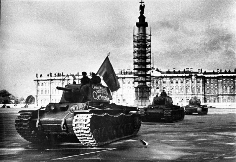 Блокада Ленинграда. Колонна танков отправляется на фронт с Дворцовой площади