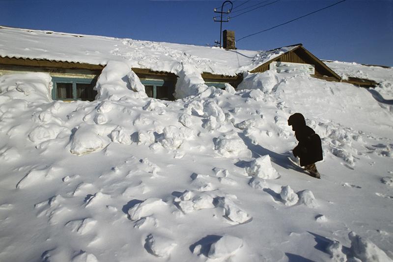 В Новосибирске на ребенка и женщин упал сугроб с крыши дома