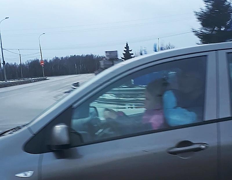 Несовершеннолетний ребенок сидит за рулем