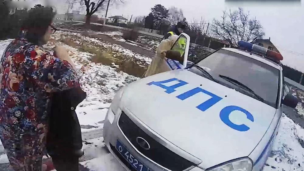 Полицейские спасают пенсионерок