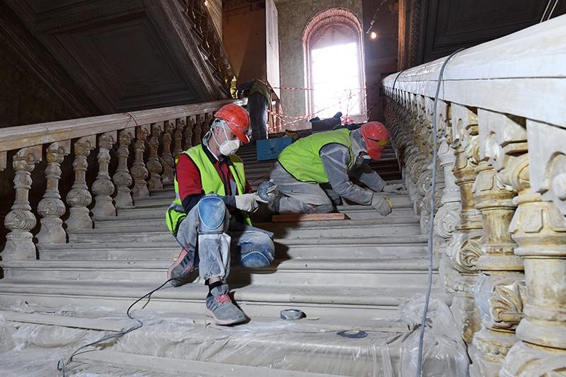 Рабочие во время реставрационных работ