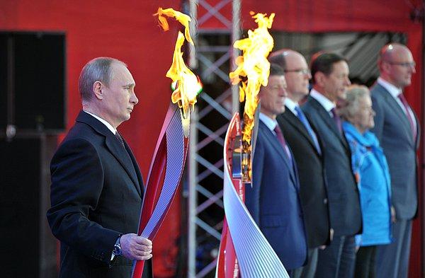 На Красной площади Владимир Путин дал старт эстафете олимпийского огня в России