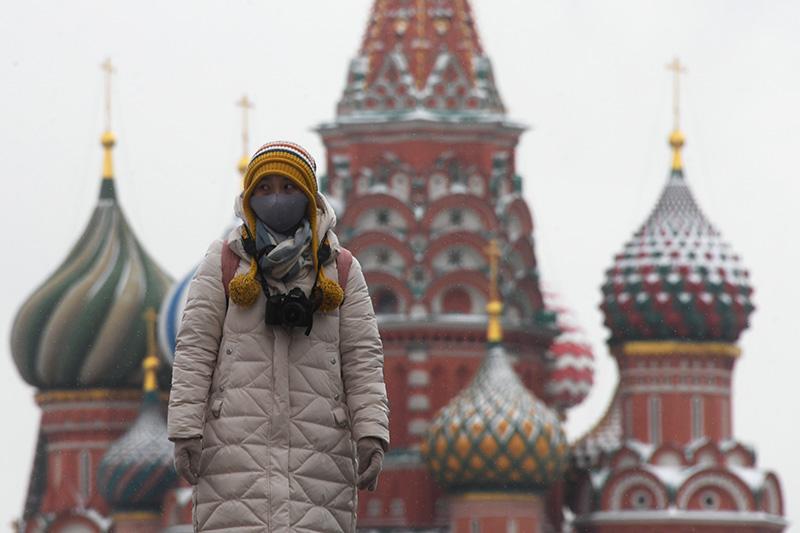 Иностранная туристка в защитной маске на Красной площади в Москве