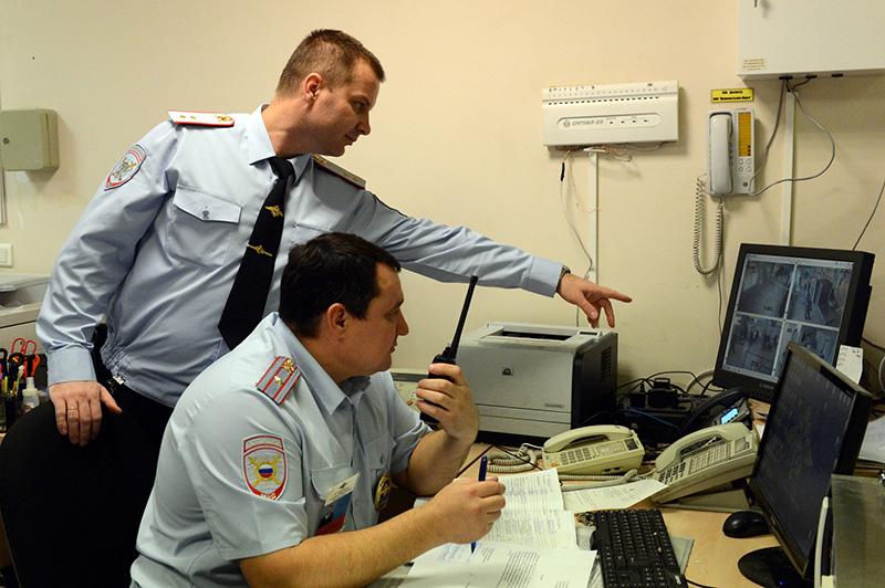 Сотрудники полиции в дежурной части