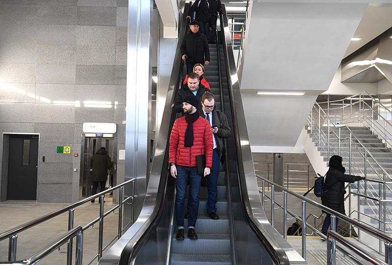 """Пассажиры на эскалаторе пересадочного узла между платформой НАТИ и станцией """"Лихоборы"""""""