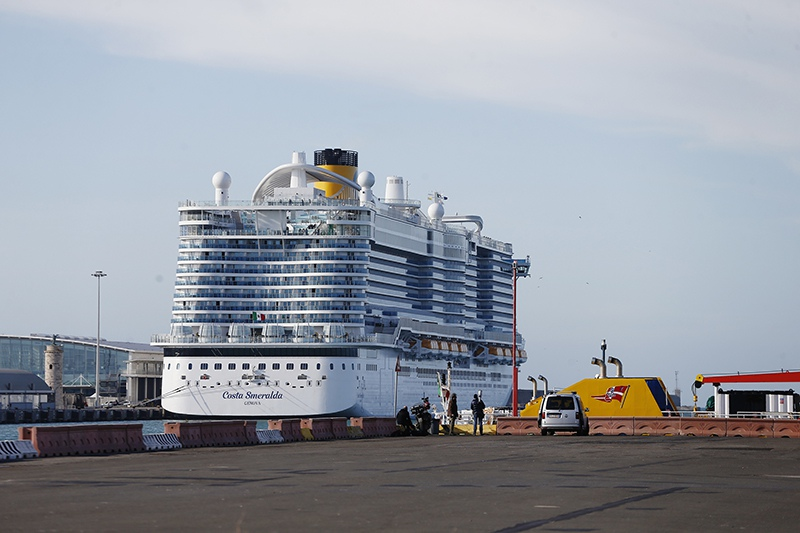 Почти 70 россиян застряли на круизном лайнере из-за коронавируса