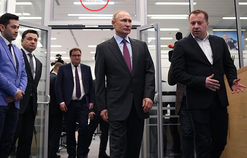 Владимир Путин во время посещения Центра управления регионом Московской области
