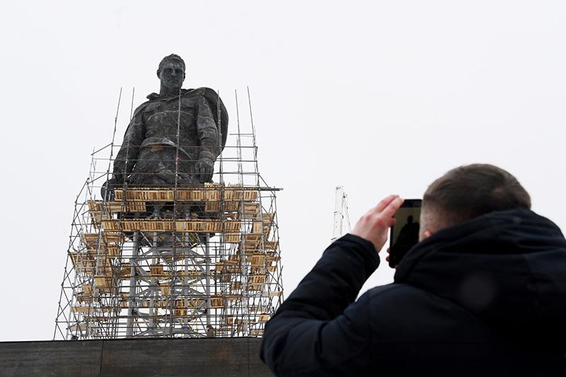 Установка центральной фигуры Ржевского мемориала