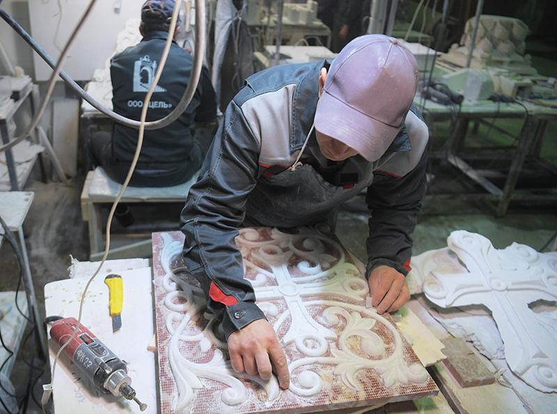Мастер во время завершающего этапа создания мраморного иконостаса для строящегося Князь-Владимирского храма