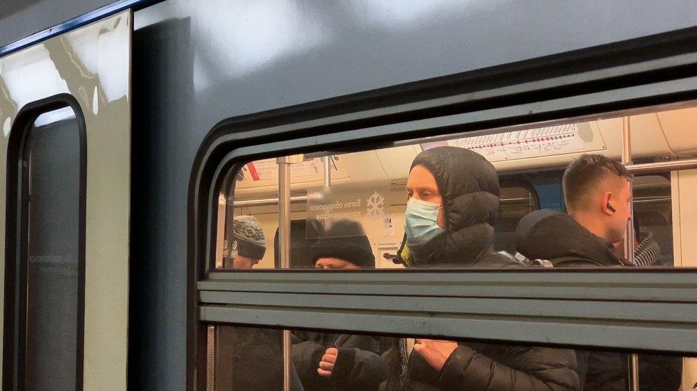 Пассажиры столичного метро в медицинских масках