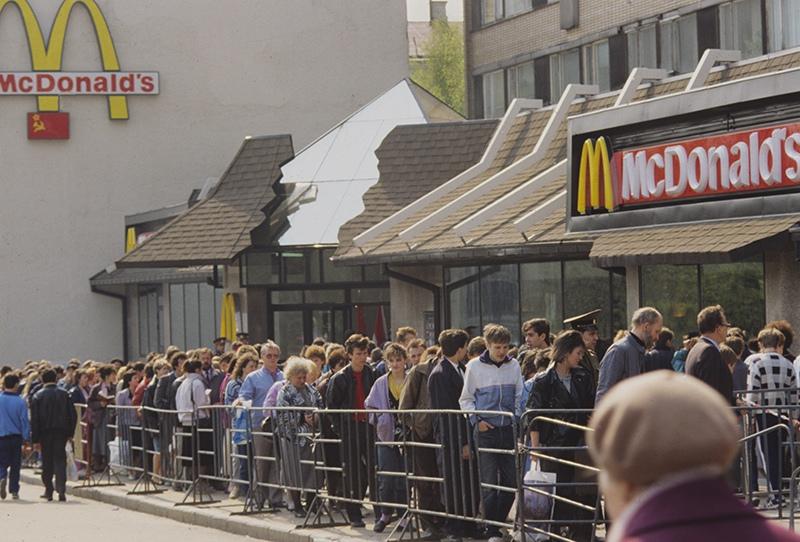 """Очередь в ресторан """"Макдоналдс"""" на Пушкинской площади в Москве. Открылся 31 января 1990 года"""