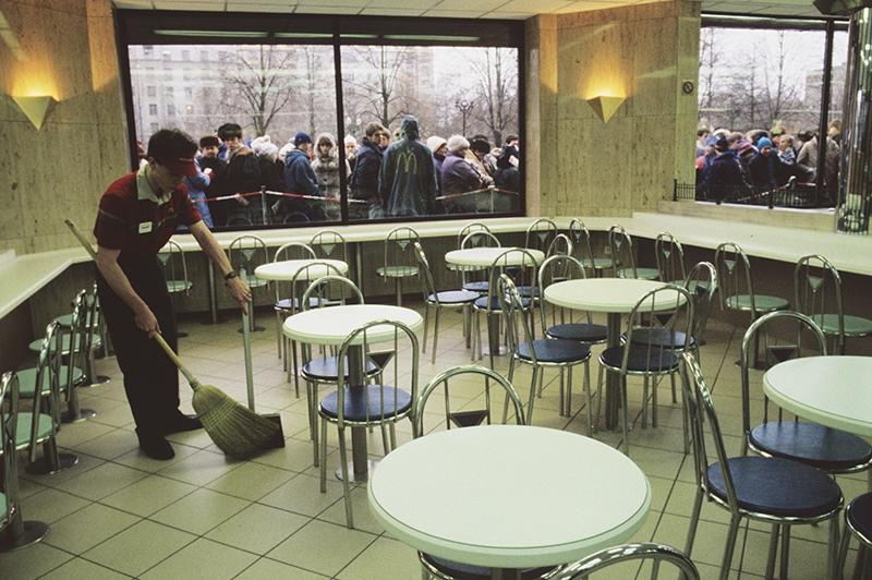 """Очередь у входа в ресторан """"Макдоналдс"""" на Пушкинской площади в Москве в день его открытия, 31 января 1990 года"""