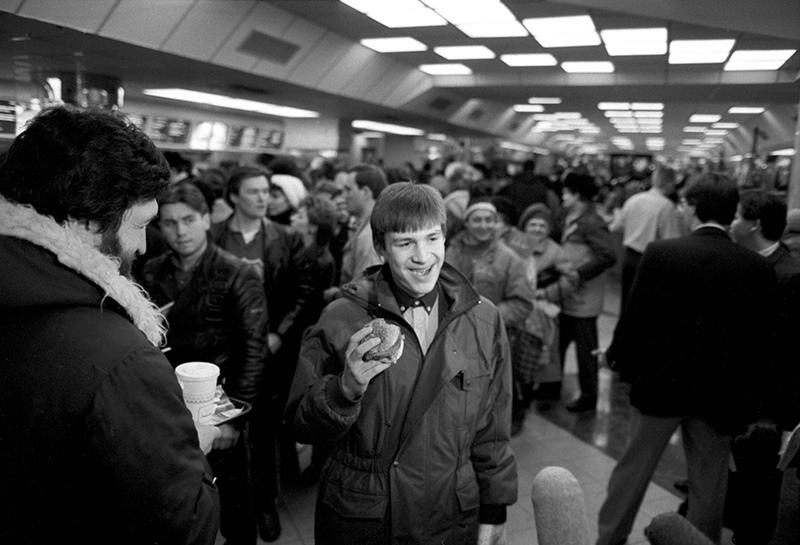 """Первые посетители советско-канадского ресторана """"Макдоналдс"""" в Москве. В руке у посетителя Биг-Мак"""