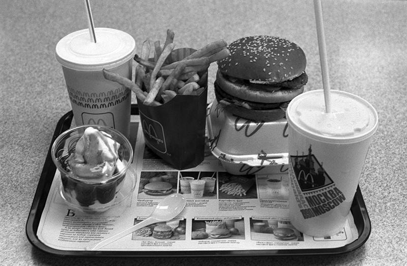 """Комплект блюд советско-канадского ресторана """"Макдоналдс"""" в Москве"""