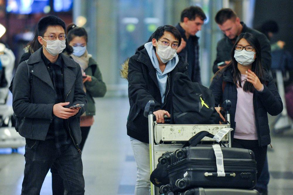 Пассажиры из Китая в медицинских масках