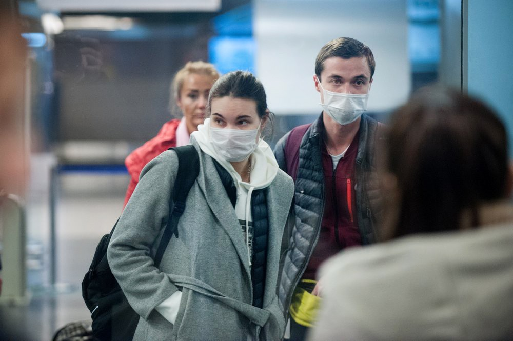 Пассажиры в медицинских масках
