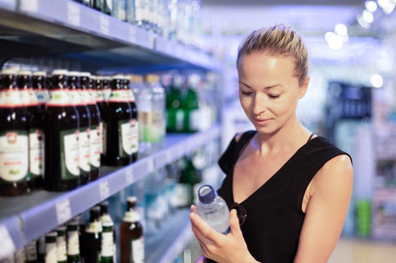 Девушка покупает воду