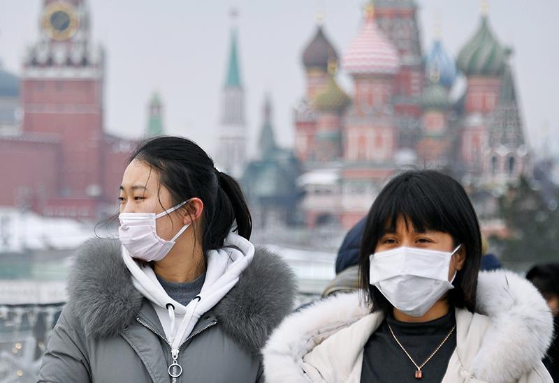 Иностранные туристы в медицинских масках
