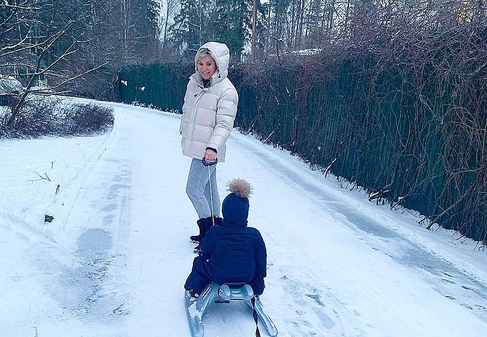 Марина Юдашкина играет с внуками