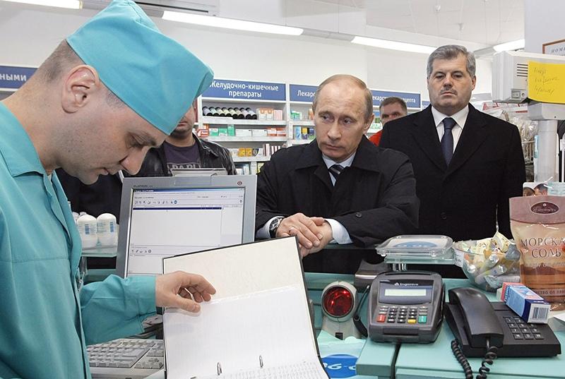 Владимир Путин в аптеке