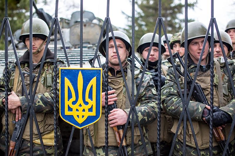 Украинские военные за забором