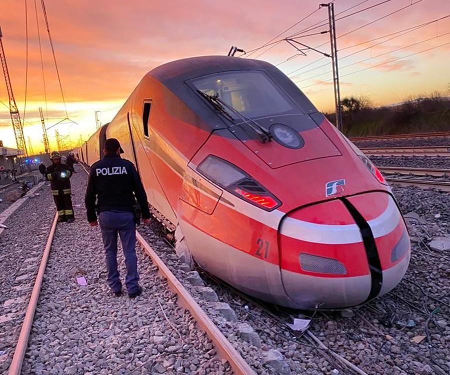 Сошедший с рельсов поезд в Италии