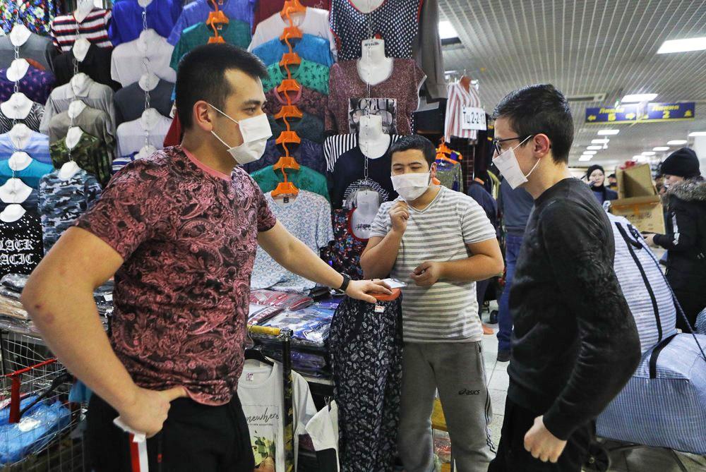 Продавцы в медицинских масках на рынке