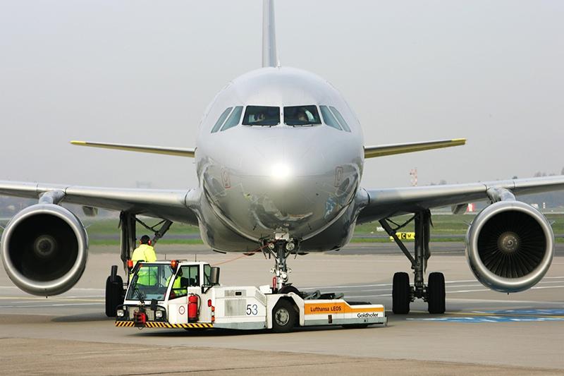 Самолет и аэродромный тягач