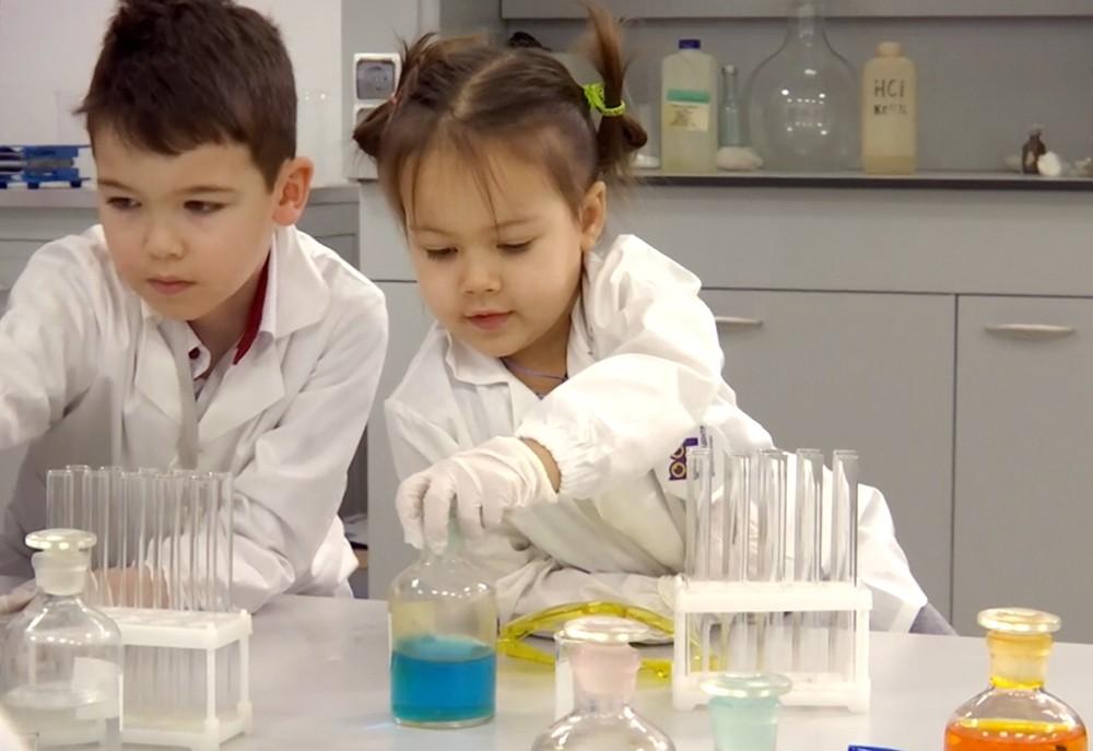 Дети на уроке химии