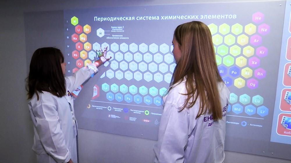 Школьник на уроке химии