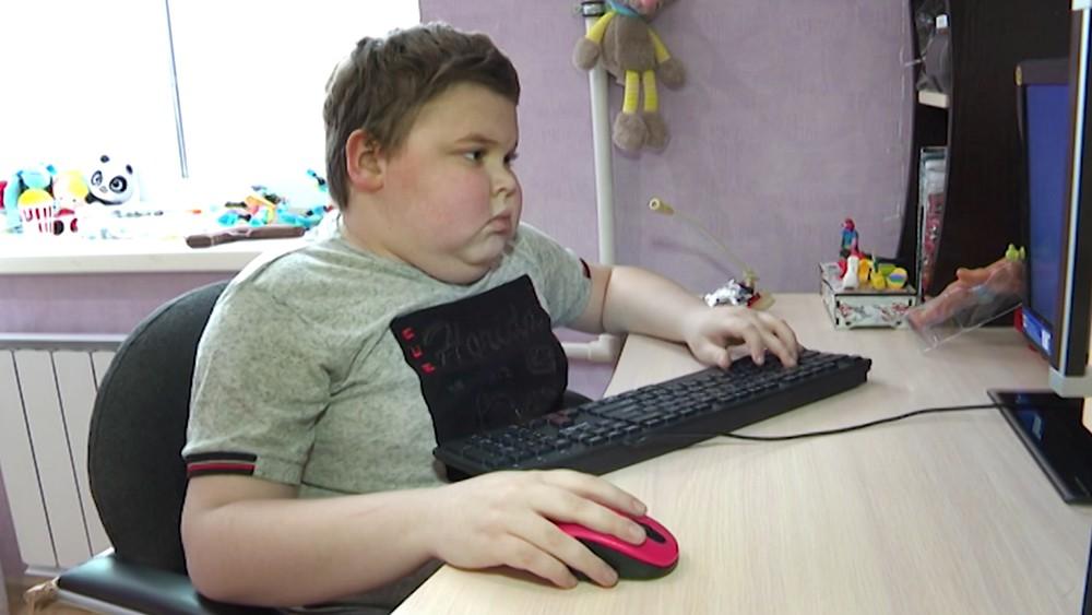 Мальчик-инвалид Александр Красников