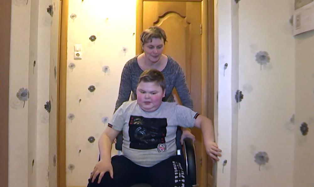 Мальчик-инвалид Александр Красников и его мама
