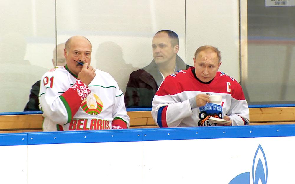 Владимир Путин и Александр Лукашенко отдыхают после хоккейного матча