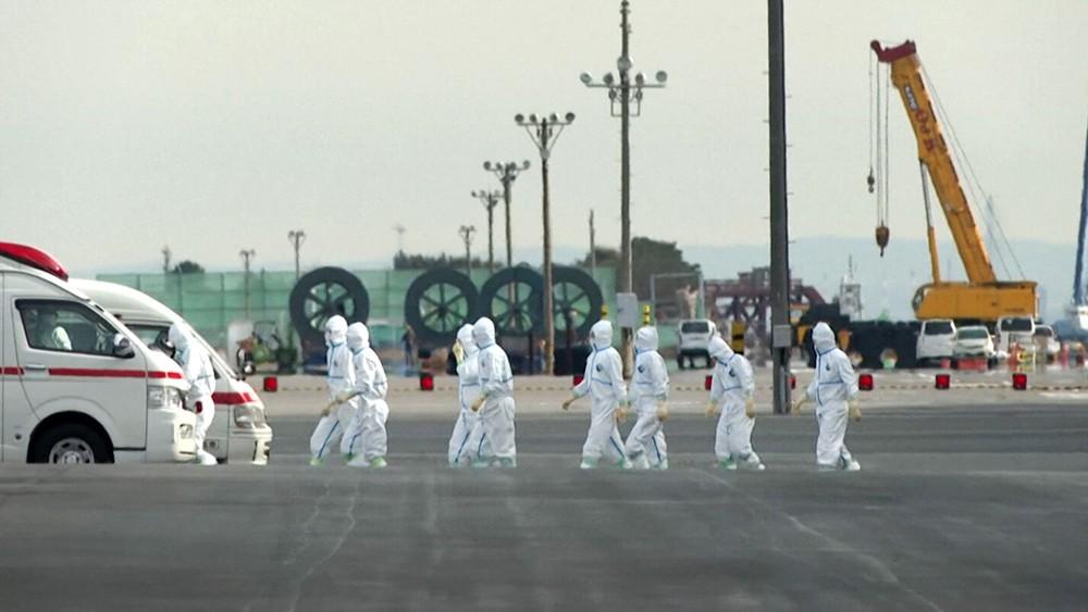 Врачи в костюмах биозащиты в Китае