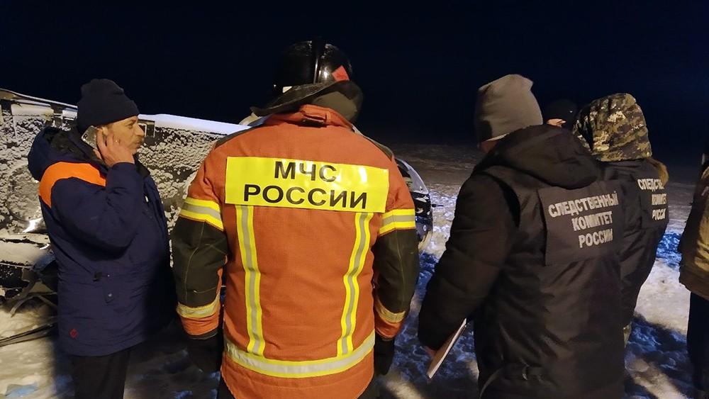 Сотрудники МЧС и Следственного комитета на месте крушения частного вертолета