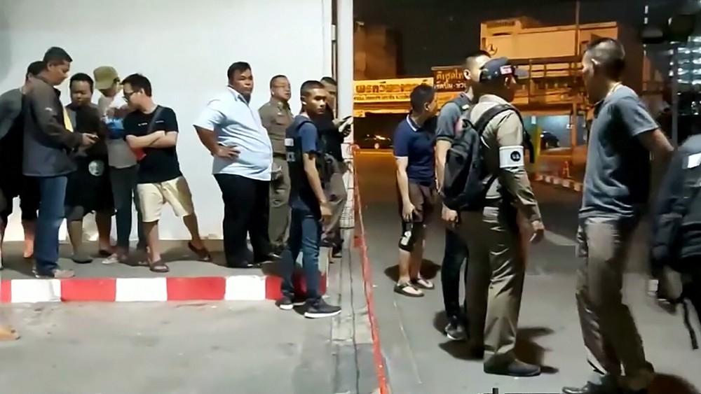 Жители города Корат в Таиланде, прячутся от стрелка
