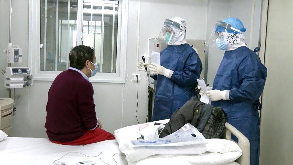 Китайские врачи обследуют пациента