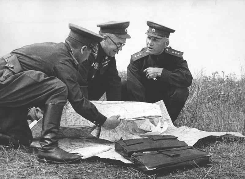 Генерал-полковник И.С. Конев в ходе проведения Белгородско-Харьковской стратегической наступательной операции. 1943 г.