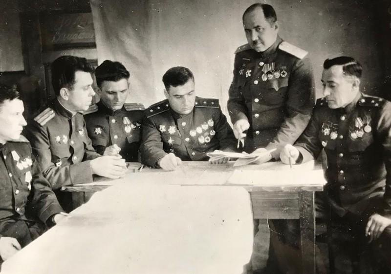 Командование корпуса разрабатывает очередную операцию. Начальник штаба И.А. Нагайбаков докладывает свой план командиру корпуса П.П. Полубоярову. Сумы, 1943 г.