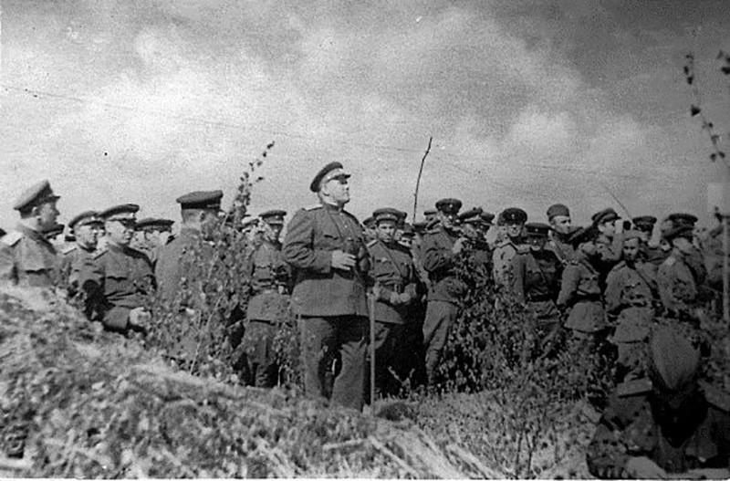 2-й Прибалтийский фронт. На полевых занятиях с командирами частей и соединений 1-й ударной армии перед Режицо-Двинской операцией. Латвия, май 1944 г.