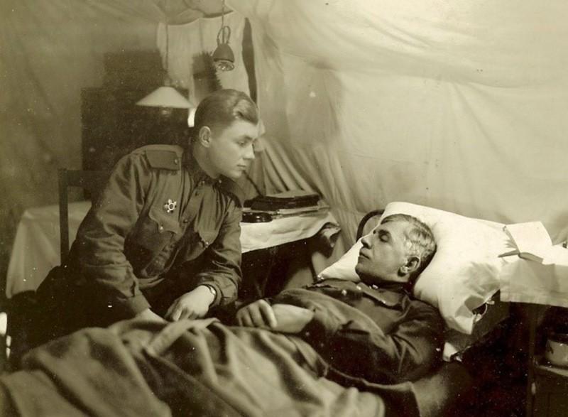 Ленинградский фронт, 1942 год. Владимир Михалкин навещает во фронтовом госпитале раненого отца — командующего артиллерией 42-й армии генерала М.С.Михалкина.