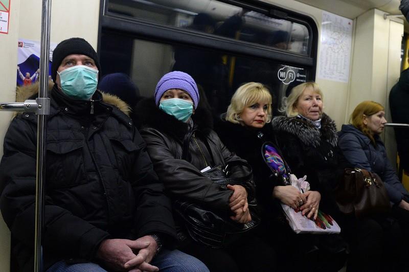 Пассажиры Московского метрополитена в защитных масках.
