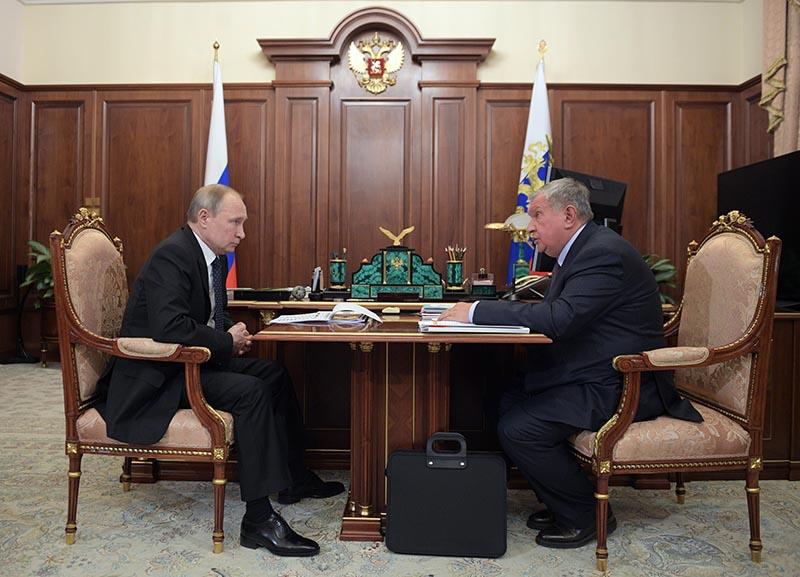 Владимир Путин и Игорь Сечин во время встречи