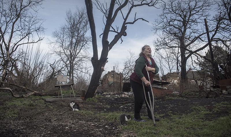 Местная жительница у своего дома в Новоазовском районе Донецкой области