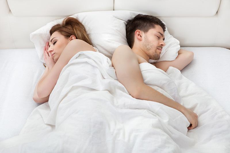 Молодая пара спит
