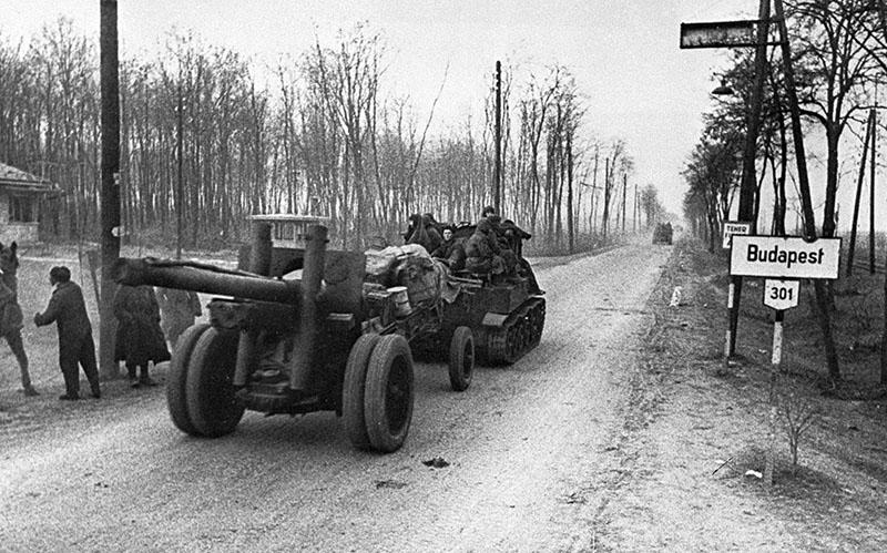 Советская артиллерия подходит к Будапешту