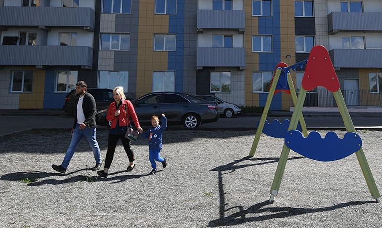 Семья во дворе нового дома