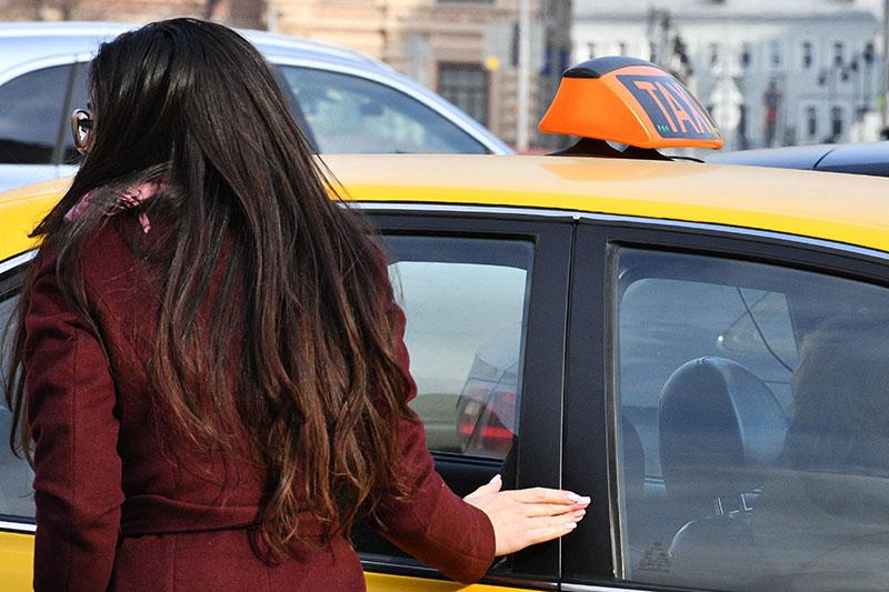 Девушка у автомобиля такси